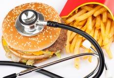 Alimentos de preparación rápida con el estetoscopio médico Foto de archivo