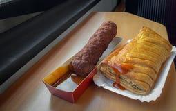 Alimentos de preparación rápida con la salsa de tomate en una tabla del tren Foto de archivo