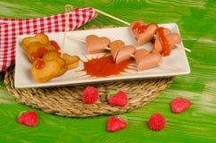 Alimentos de preparación rápida del día de tarjetas del día de San Valentín con las salchichas Foto de archivo