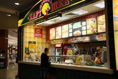Alimentos de preparación rápida en una alameda de compras Imagen de archivo libre de regalías