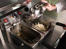 Alimentos de preparación rápida que preparan la consumición malsana de las patatas fritas Imagen de archivo libre de regalías