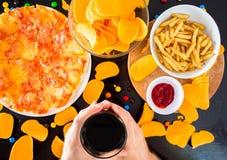 Alimentos de preparación rápida y concepto malsano de la consumición - cercanos para arriba de la pizza, fre fotografía de archivo
