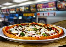 Alimentos de preparaci?n r?pida de la pizza fotografía de archivo libre de regalías