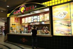 Alimentos de preparación rápida en una alameda de compras Imagenes de archivo