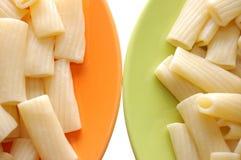 Alimentos do macarrão em placas alaranjadas e verdes fotografia de stock
