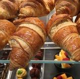 Alimentos e desertos da padaria na barra de café em Milan Italy Fotografia de Stock Royalty Free