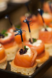 Alimentos e fruto para o cocktail no banquete de casamento Imagens de Stock
