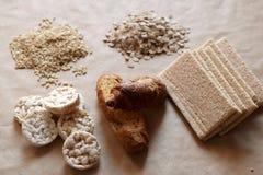 Alimentos elevados no hidrato de carbono Comer saudável, conceito da dieta Pão, bolos de arroz, arroz integral, aveia Imagens de Stock
