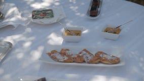Alimentos extravagantes e simples na tabela vídeos de arquivo