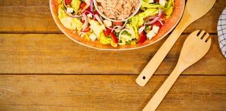 Alimentos frescos com colher de madeira e forquilha na tabela Imagens de Stock Royalty Free