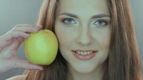 Alimentos frescos crus orgânicos saudáveis e felizes, naturais vídeos de arquivo