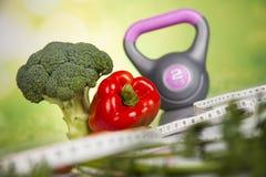 Alimentos frescos e medida da fita, dieta do esporte Fotografia de Stock