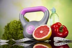 Alimentos frescos e medida da fita, dieta do esporte Fotografia de Stock Royalty Free
