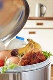 Alimentos frescos na lata de lixo para ilustrar o desperdício Imagens de Stock Royalty Free