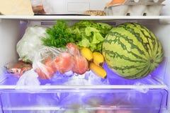 Alimentos frescos no refrigerador imagens de stock