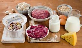 Alimentos o mais altamente na vitamina B12 (cobalamina) no fundo de madeira foto de stock