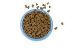 Alimentos para animais de estimação secados na bacia azul isolada Fotografia de Stock