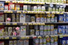 Alimentos para niños en el supermercado Fotografía de archivo libre de regalías