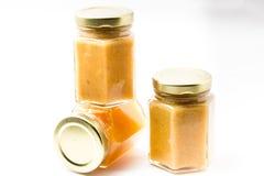 Alimentos para niños en tarros en el fondo blanco, brandless Foto de archivo libre de regalías
