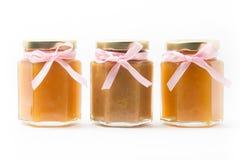 Alimentos para niños en tarros en el fondo blanco, brandless Fotos de archivo libres de regalías