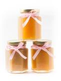 Alimentos para niños en tarros en el fondo blanco, brandless Imágenes de archivo libres de regalías