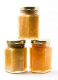 Alimentos para niños en tarros en el fondo blanco, brandless Fotografía de archivo