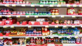 Alimentos para niños en un S-mercado del supermercado del suomi, en Tampere Fotos de archivo