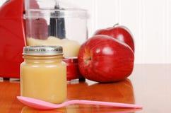 Alimentos para niños hechos en casa de la compota de manzanas con la cuchara Imagen de archivo