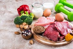 Alimentos para os músculos de construção foto de stock royalty free