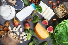 Alimentos ricos no c?lcio imagens de stock royalty free