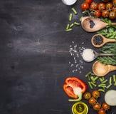 Alimentos saudáveis, cozimento e tomates de cereja do conceito do vegetariano, arroz selvagem, especiarias, beira de sal, texto d Fotografia de Stock