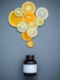 Alimentos saudáveis e conceito da medicina Garrafa da vitamina C e do vari Foto de Stock Royalty Free