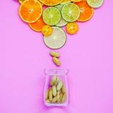 Alimentos saudáveis e conceito da medicina Garrafa da vitamina C e do vari Imagens de Stock Royalty Free