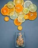 Alimentos saudáveis e conceito da medicina Garrafa da vitamina C e do vari Foto de Stock