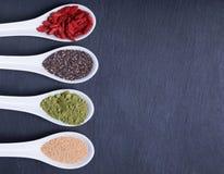 Alimentos super nas colheres Fotografia de Stock