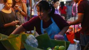 Alimentos tailandeses na rua na noite video estoque