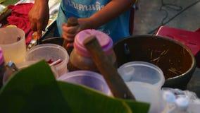 Alimentos tailandeses na rua na noite vídeos de arquivo