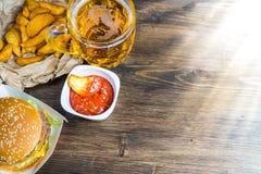 Aliments de préparation rapide et un verre effrayant de bière blonde fraîche photographie stock