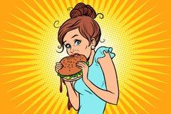 Aliments de préparation rapide de manger avec excès Femme mangeant secrètement un hamburger Photos libres de droits