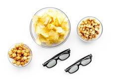 Aliments de préparation rapide pour le film de observation Chips, maïs éclaté, biscottes près des verres sur la vue supérieure de Photo libre de droits