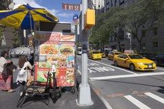 Aliments de préparation rapide près de musée métropolitain sur la Cinquième Avenue à New York c Photos stock