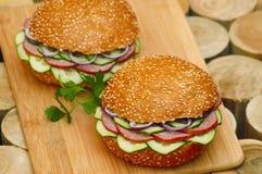 Aliments de préparation rapide Sandwichs chauds sur la planche en bois photo libre de droits