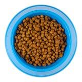 Aliments pour chats secs dans une cuvette en plastique bleue de ci-dessus - chemin de coupure Photo libre de droits