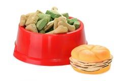 Aliments pour chiens avec le jouet d'animal familier Image libre de droits