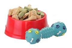 Aliments pour chiens dans une cuvette photo libre de droits