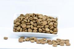 Aliments pour chiens dans une cuvette sur le blanc Photo libre de droits