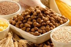 Aliments pour chiens et ingrédients photographie stock
