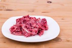 Aliments pour chiens hachés frais et nutritifs de viande crue de plat Photographie stock