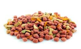 Aliments pour chiens secs sur le fond blanc. photo stock