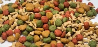 Aliments pour chiens sur un fond blanc Photo stock